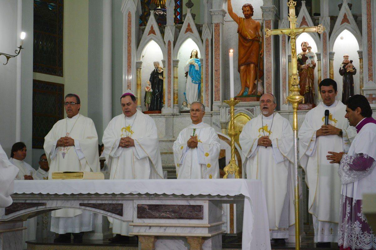 Dom Félix participa da Missa dos 40 Anos de Sacerdócio de Dom Emanuel em Caratinga