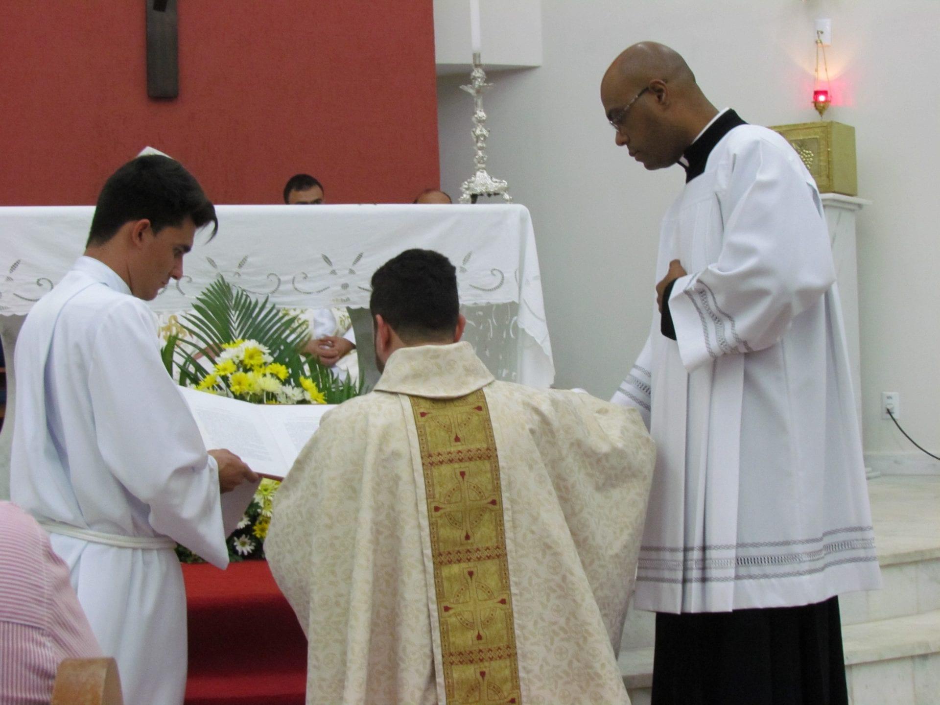 Padre Flávio Lima toma posse na Paróquia São João Batista em Ituêta