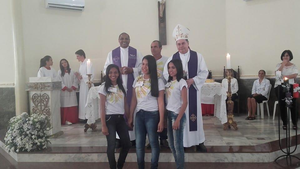 Jovens recebem Sacramento da Crisma na Paróquia Divino Espírito Santo