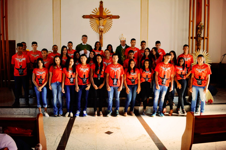 DOM FÉLIX FAZ 101 CRISMAS NA PARÓQUIA SÃO JOSÉ DE SAFIRA