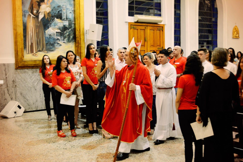 DOM FÉLIX FAZ CRISMAS NA PARÓQUIA DA CATEDRAL