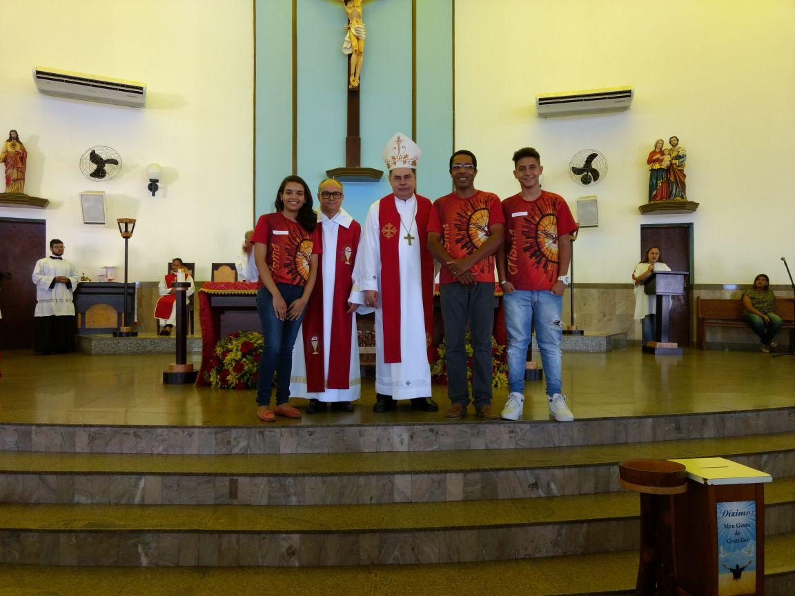 DOM FÉLIX FAZ CRISMAS NA PARÓQUIA SAGRADA FAMÍLIA