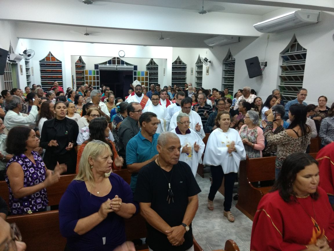 DOM FÉLIX CELEBRA MISSA NA COMUNIDADE SANTA LUZIA (GV)
