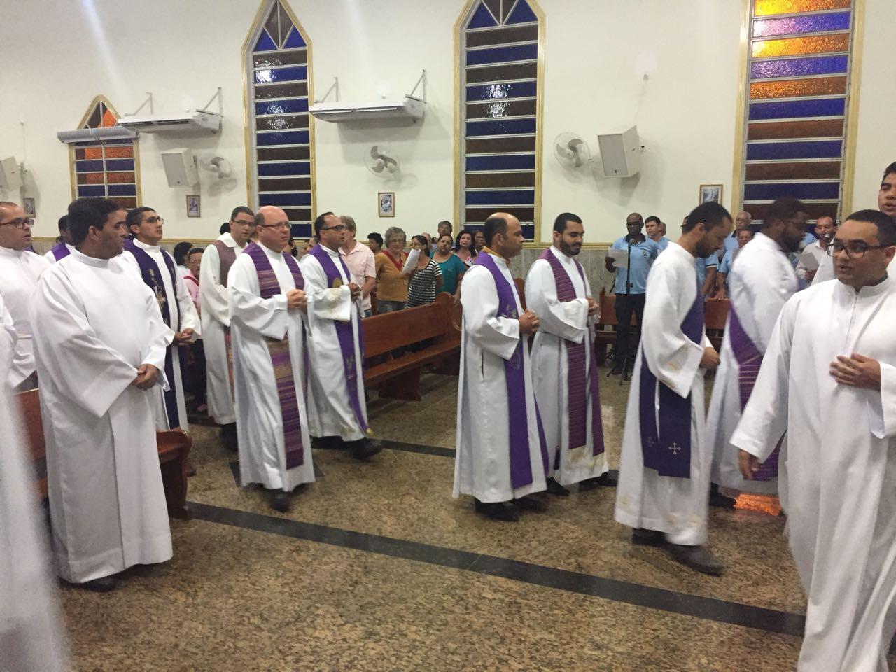 DOM FÉLIX CONFERE MINISTÉRIOS A SEMINARISTAS