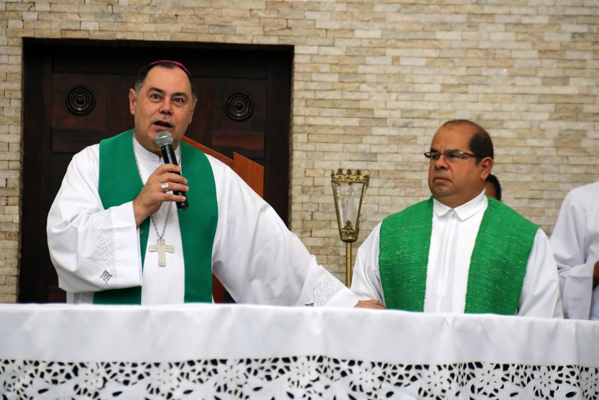 Dom Félix dá Posse de Pároco ao Padre Adalberto em Valadares
