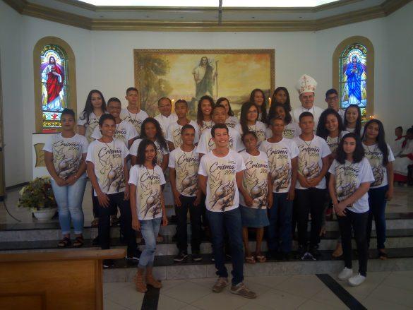 DOM FÉLIX FAZ CRISMAS NA PARÓQUIA DE MARILAC