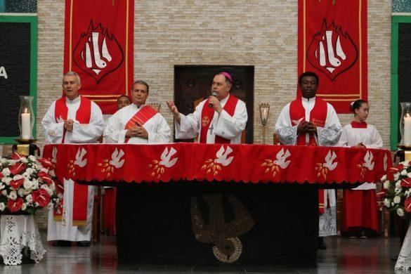 Dom Félix faz Crismas na Paróquia de Lourdes