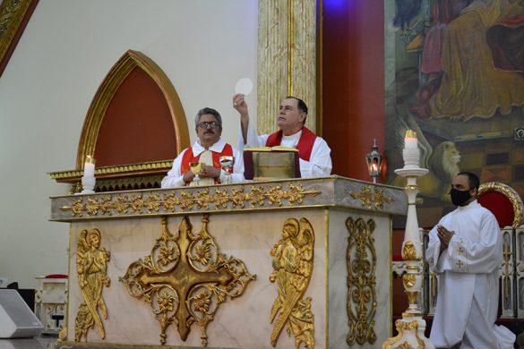 MISSA COM DIÁCONOS E CANDIDATOS NA PARÓQUIA DA ILHA