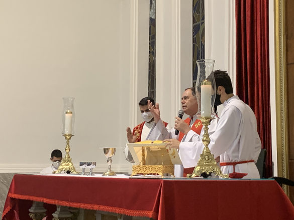 Dom Félix faz Crismas na Catedral de Valadares
