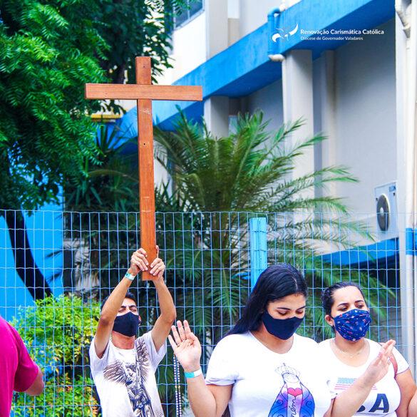 Igreja em saída: RCC realiza momento de oração em frente ao Hospital Municipal em Governador Valadares