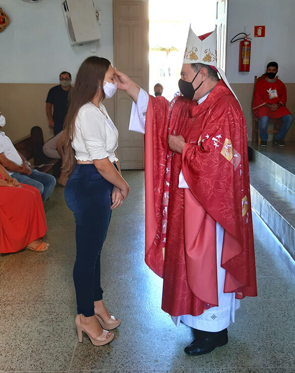 Dom Félix faz Crismas na Paróquia de Itanhomi