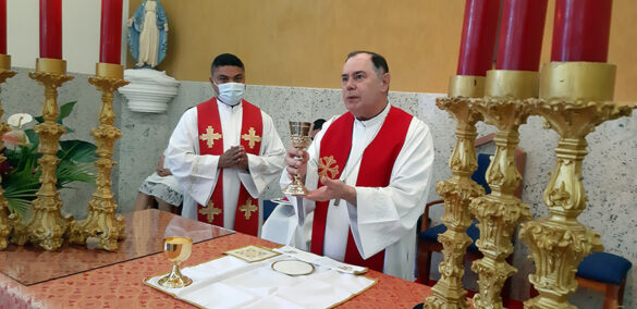 Dom Félix ministra a Crisma em Goiabeira